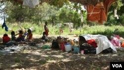 Crianças num campo de acolhimento em Chókwè, onde milhares de desalojados pelas cheias aguardam pela ajuda do governo