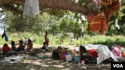 Children are seen at a camp outside Chokwe, Mozambique, January 24, 2013. (VOA/J.Jackson)