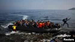 在希臘的萊斯沃斯島,擁擠的移民船,一個阿富汗移民跳船上岸(資料圖片)