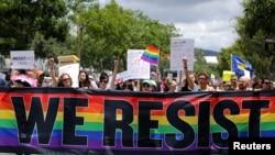 """在加州的西好莱坞,每年一度的同性恋、双性恋和变性人自豪大游行打出标语""""我们抵抗"""",抗议川普总统"""
