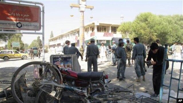 Polisi Afghanistan mengamankan daerah dekat terjadinya ledakan bom di Khost, sebelah selatan Kabul (foto: dok). Sebuah bom bunuh diri meledak di dekat pangkalan militer dan bandara di wilayah ini, Rabu (26/12), menewaskan tiga warga sipil dan melukai tujuh lainnya.