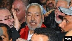 Rashid Ghannouchi disambut para pendukungnya saat tiba di bandara Tunis, Tunisia (30 Januari 2011).