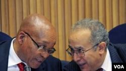 Presiden Afrika Selatan, Jacob Zuma (kiri) berbicara dengan pejabat Uni Afrika, Ramtane Lamamra dalam pertemuan darurat membahas krisis Libya di Addis Ababa, Ethiopia (26/8).