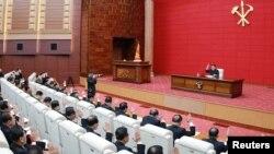 지난 4월 평양에서 김정은 국무위원장이 '노동당 중앙위원회 제7기 제4차 전원회의'를 주재하고 있다.