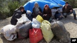 叙利亚人在巴布萨拉玛的边界哨卡等待进入土耳其(2016年2月5日)