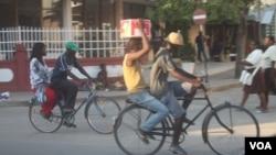 Taxi e cliente em Quelimane ( Foto Faizal Ibramugy)