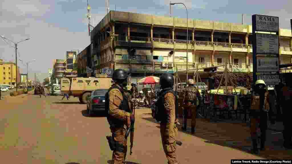 Les forces de sécurité patrouillent, samedi 16 janvier 2016, après l'attaque qui a fait au moins 26 morts à Ouagadougou. (Lamine Traoré, Radio Omega)