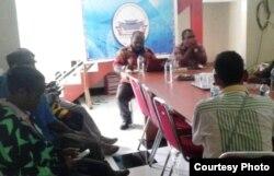 Pernyataan sikap Koalisi Penegak Hukum dan HAM Papua di Jayapura, 11 November 2019. (Foto: Yohanis)