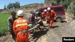 甘肃省定西消防队员在现场抢救