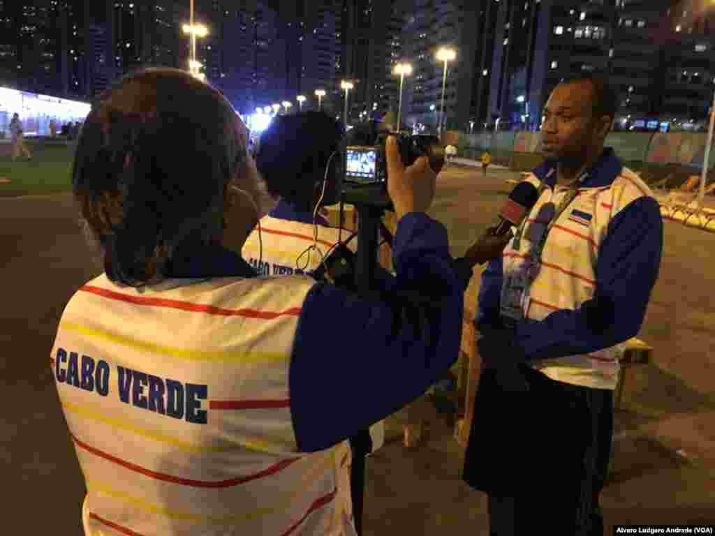 Miembros del euipo olímpico de Cabo Verde ofrecen declaraciones a los medios de comunicación en la villa olímpica.