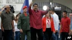 El único requisito que la constitución venezolana establece para la toma de posesión es que se realice el 10 de enero del año en el que inicia el sexenio del presidente.