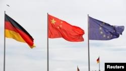 资料照:中国总理李克强访德期间,柏林总理府前面的德、中国旗和欧盟旗帜。(2018年7月9日)