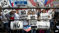 Simpatizantes del candidato derechista Norman Quijano protestan frente a la sede del Tribunal Supremo Electoral exigiendo el recuento voto por voto.