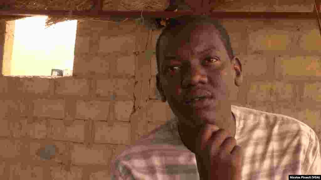 Moustapha Aboubacar, ex-combattant de Boko Haram, affirme ne pas savoir s'il a tué ou non durant ces années dans l'organisation. Le déni est courant chez les djihadistes repentis, Diffa, Niger, le 17 avril 2017 (VOA/Nicolas Pinault)