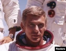 ນັກບິນອະວະກາດ ສະຫະລັດ ທ່ານ Gene Cernan ສະແດງໃຫ້ເຫັນຢູ່ໃນຊຸດອະວະກາດ ການປະຕິບັດງານ Apollo 17.