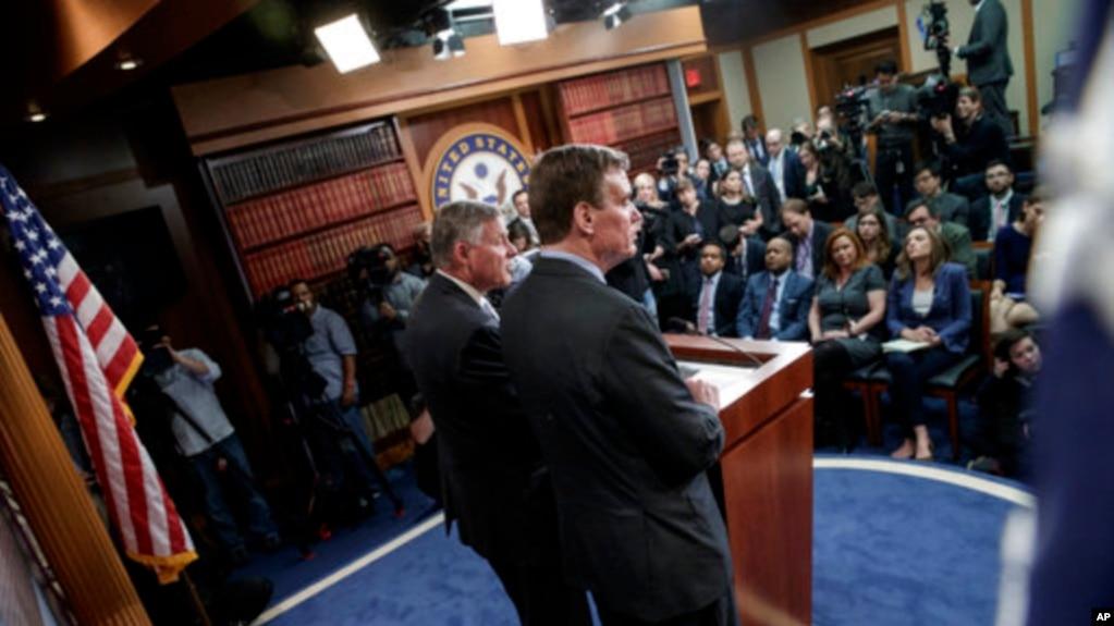 Phó Chủ tịch Uỷ ban tình báo Thượng viện, TNS Mark Warner (bên phải) và Chủ tịch Uỷ ban, TNS Richard Burr (trái) gặp báo chí hôm 29/3/2017, để thảo luận cuộc điều tra của uỷ ban vào vai trò của Nga trong bầu cử Mỹ