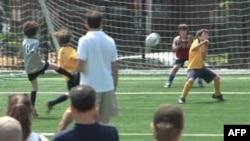 Remaja di AS bermain sepakbola.