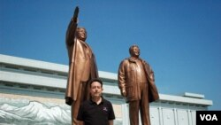 VOA Asia Correspondent Steve Herman visits Mansu Hill in Pyongyang, North Korea on July 25., 2013.