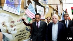 Američki republikanski senator Džon Mekejn (desno) u pratnji predstavnika Libijskog nacionalnog prelaznog saveta Abdula Hafiza Goge, obilazi štab libijskih pobunjenika u Bengaziju