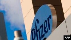 El logo de la famacéutica estadounidense Pfizer en un edificio de Cambridge, Massachusetts. Foto de archivo.