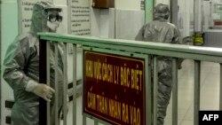 Nhân viên y tế tại khu cách ly của Bệnh viện Chợ Rẫy hôm 23/1.