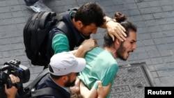 26 Haziran 2016 - İstanbul'da polisin müdahale ettiği Onur Yürüyüşü'nde gözaltına alınan bir aktivist