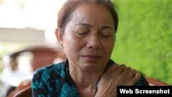 Bà Nguyễn Thị Loan từ Long An ra Hà Nội mong được tham dự phiên xử án giám đốc thẩm con trai Hồ Duy Hải nhưng bà không được phép vào phòng xử án. Photo Luật khoa Tạp chí.