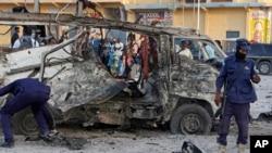 Des éléments des forces de sécurité déployés sur le lieu d'un attentat à la bombe à Mogadiscio, Somalie, 28 septembre 2017.