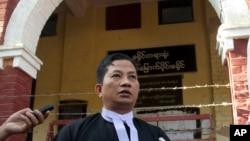 路透社记者瓦龙和觉梭的律师庭审后接受记者采访(2018年2月1日)