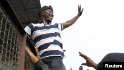 Ble Goude melambai kepada massa pendukungnya (foto: dok). ICC menuduh Ble Goude mengkoordinasi kekerasan terhadap warga sipil.