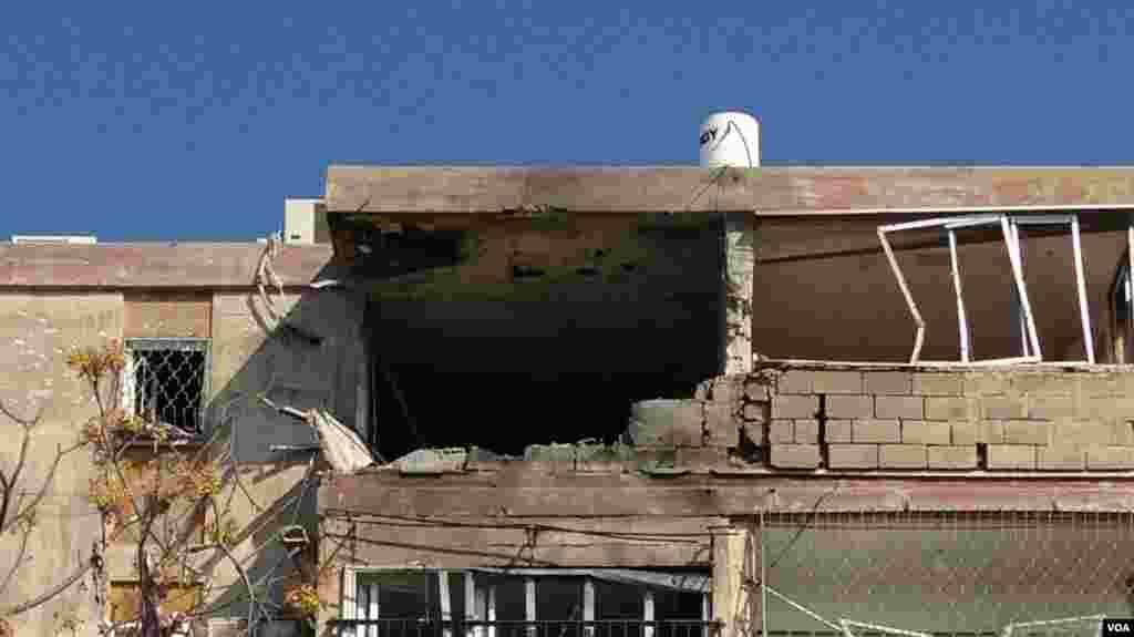 Kerusakan di atas gedung di Kiriat Malakhi (15/11). (VOA - L. Fridmam)