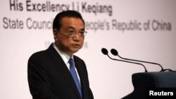 제33차 동남아시아국가연합(ASEAN) 정상회담을 위해 싱가포르를 방문한 리커창 중국 총리가 13일 한 강연에서 연설하고 있다.