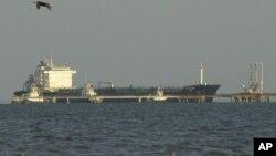 Sebuah kapal tanker mengisi minyak dari fasilitas penyulingan di Maracaibo, Venezuela (foto: ilustrasi).