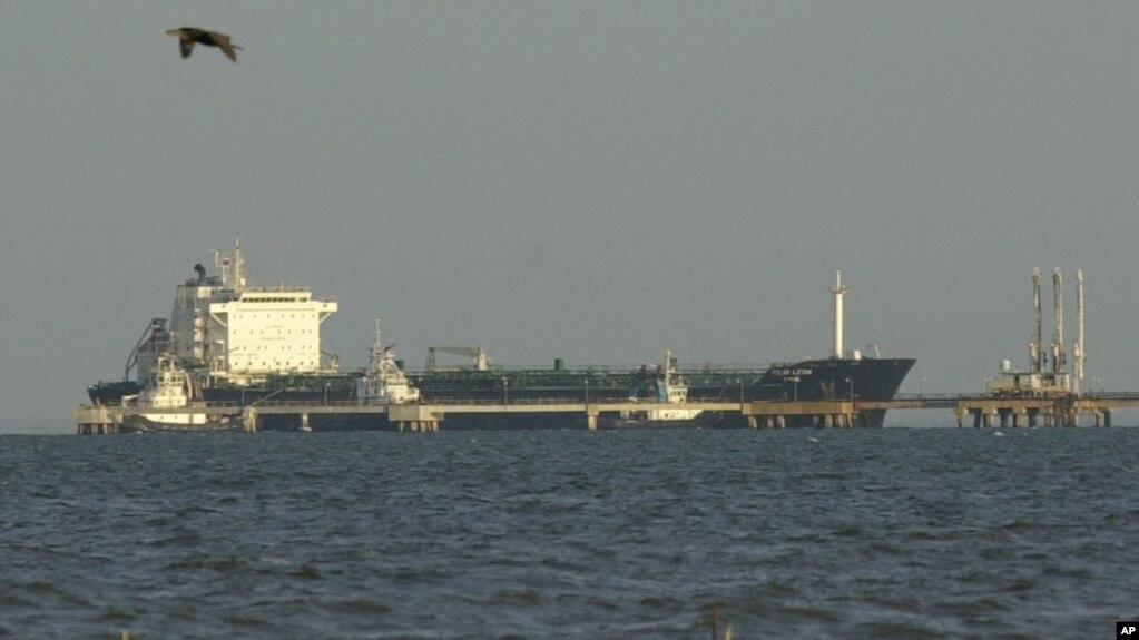 Archivo - El petrolero Pilin Leon atraca para descargar gasolina en la refinería Bajo Grande en Maracaibo, Venezuela, el 2 de diciembre de 2002.