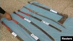 فسادی خنجروں اور تیز دار آلات سے مسلح تھے (فائل فوٹو)