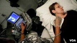 Heather Tuck, penderita Multiple Sclerosis, sedang menjalani pemeriksaan dengan ultrasound di Rumah Sakit Universitas Georgetown di Washington (foto: dok).
