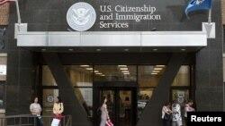 Suasana di depan kantor Imigrasi dan Kewarganegaraan Amerika di New York, Amerika (Foto: dok). Penegakan imigrasi merupakan prioritas utama pemerintah Amerika dalam melawan kejahatan, dengan pendanaan hampir mencapai $18 miliar.
