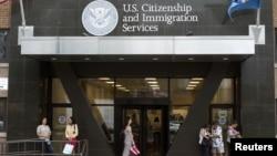 Los interesados deberán solicitar una exención a la Oficina de Ciudadanía y Servicios de Inmigración mediante un nuevo formulario.
