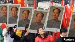 Sinh viên Trung Quốc tham dự sự kiện đánh dấu kỷ niệm 120 năm ngày sinh của Mao Trạch Đông tại trường đại học ở Thái Nguyên, Sơn Tây.