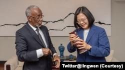 台灣總統蔡英文(右)2020年2月在總統府會見索馬利蘭外交部長穆雅辛。 (蔡英文推特)