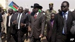 Rais wa Sudan Kusini Salva Kiir akifuatana na maafisa wa serikali yake mjini Juba.