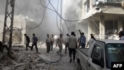 敘利亞反對派的新聞機構發放的圖片顯示民眾們在空襲後檢查損毀情況