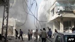 叙利亚反对派的新闻机构发放的图片显示人们在空袭后检查损毁情况