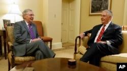Pemimpin Mayoritas Senat Mitch McConnell (kiri) dengan calon menteri luar negeri Rex Tillerson, di Capitol Hill (4/1). (AP/Evan Vucci)