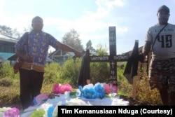 Dua warga di kuburan pengungsi Nduga di Distrik Napua, Kabupaten Jayawijaya. (Foto: Tim Kemanusiaan Nduga)