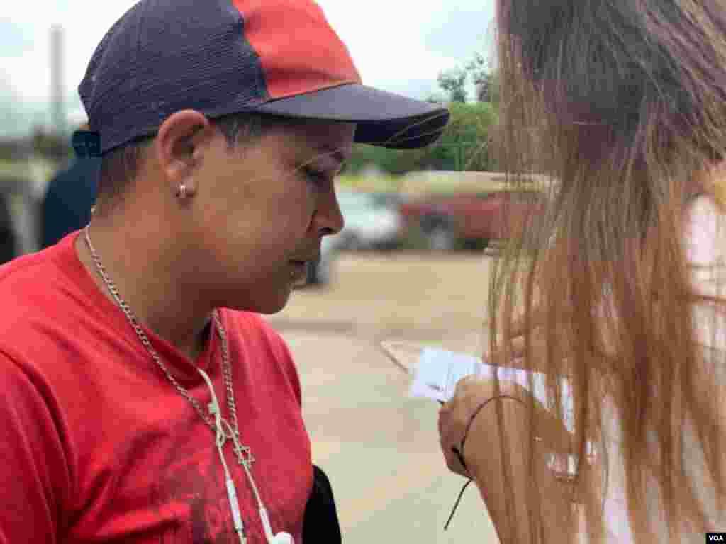Tras una travesía para poder llegar desde Venezuela hasta Bogotá, Irma pudo conseguir un puesto de comida callejera para trabajar y sobrevivir. El sábado, a la vuelta de la esquina, se encontró con una jornada de atención integral organizada por la Cruz Rojay Cundinamarca, a la que asistió para revisar sus ojos.