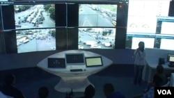 Bandung Command Center dengan salah satu aplikasi pantauan lalu lintas. (VOA/R. Teja Wulan)
