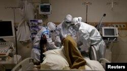 နယူးေဒလီ ေဆး႐ုံတခုမွာ COVID-19 လူနာတဦးကုိ ျပဳစုကုသေနတဲ့ က်န္းမာေရးဝန္ထမ္းမ်ား။ (ေမ ၂၈၊ ၂၀၂၀)