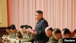 کم جونگ اُن عہدیداروں سے خطاب کر رہے ہیں (فائل فوٹو)