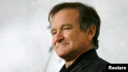 Robin Williams poses for photographers during a photo call, Nov. 15, 2005.